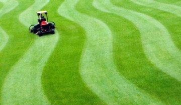 Стрижка газона для создания зеленого ковра перед домом