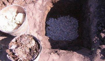 Фотография ямы с дренажем для смородины, na-dache.com.ua