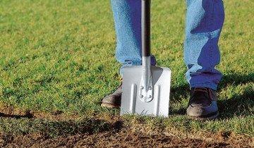 Рыхление лопатой почвы в саду, fiskars.com