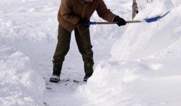 Изображение уборки снега пластиковой лопатой, chelnyltd.ru