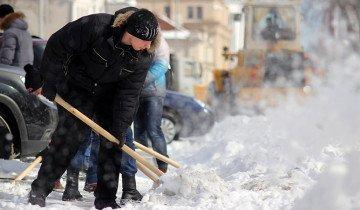 Изображение уборки снега алюминиевой лопатой, bnp.by