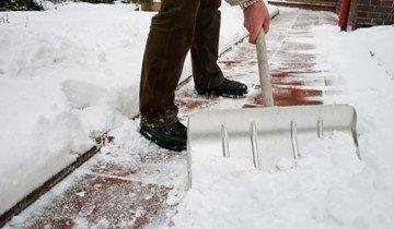 Снимок уборки снега лопатой, supersadovnik.ru