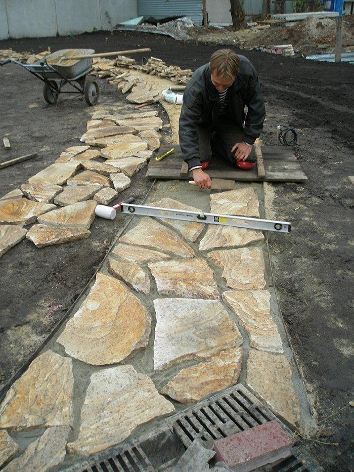 Как уложить природный камень на дорожки