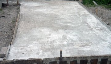 На фото бетонированная площадка под навес, kwahobi.ru
