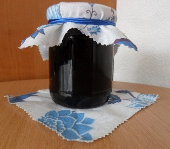 На фотографии варенье из черной смородины