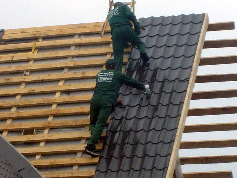 Крыть крышу металлочерепицей своими руками видео