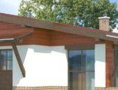 На фотографии деревянная односкатная крыша