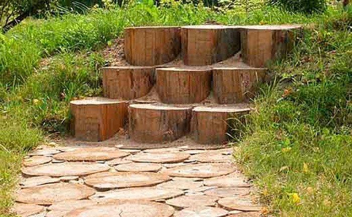Деревянные дорожки в саду из подручного материала