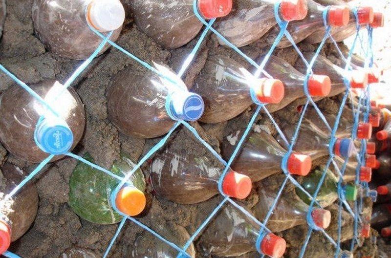 Пластиковые бутылки как полноценный забор