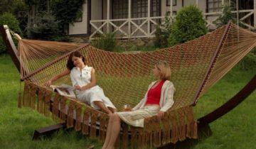 Девушки на плетёном гамаке