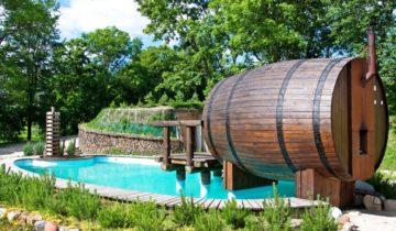 Баня-бочка рядом с водоёмом