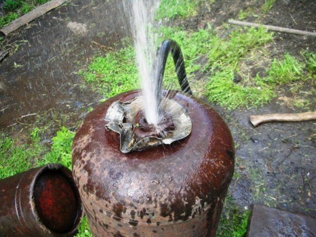 Наливаем воду в баллон из шланга