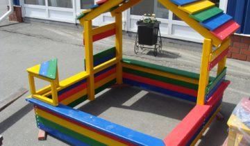 Разноцветная детская песочница