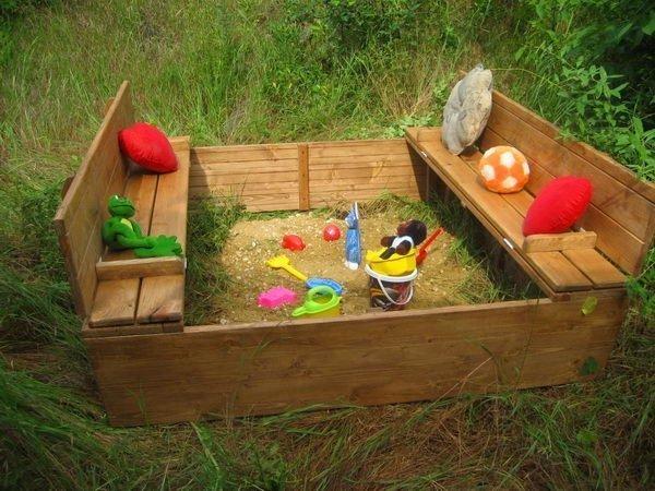 Детская песочница с игрушками