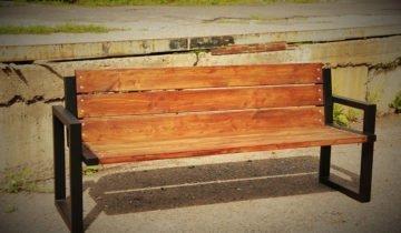 Скамейка из профилей и древесины, сделанная своими руками