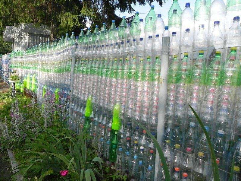 Декоративный забор из бутылок