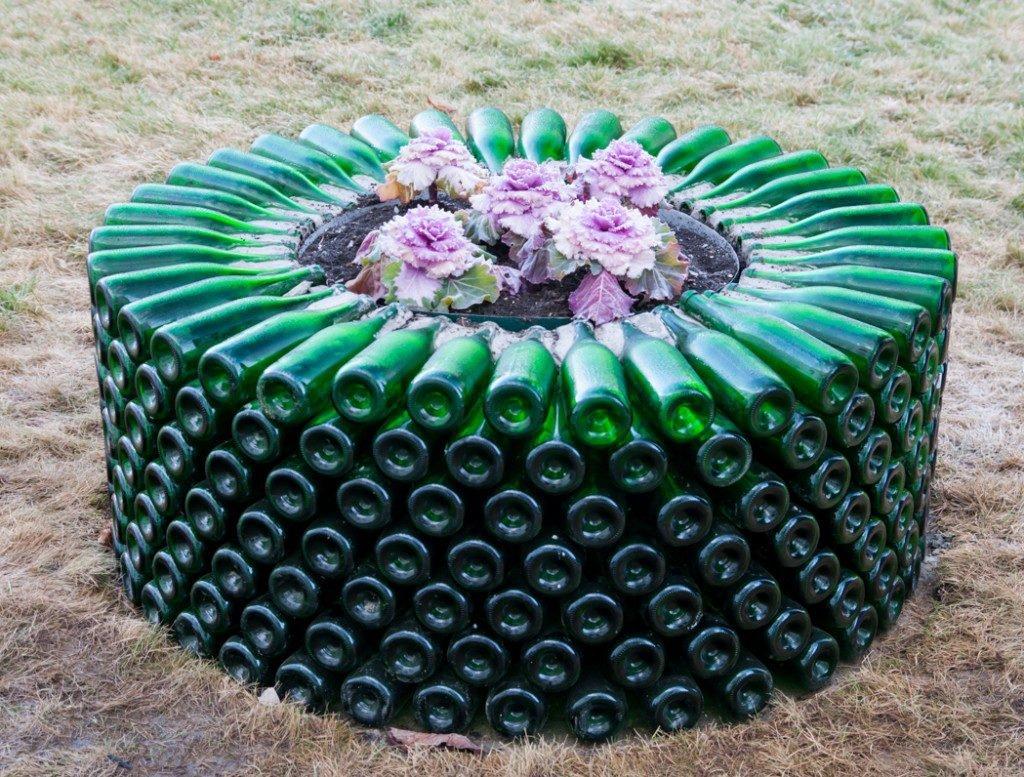 Клумба из стеклянных бутылок
