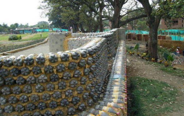 Оригинальный забор из бутылок