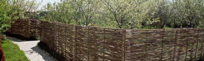 Плетеный забор в саду