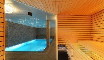 Сауна в помещении с бассейном