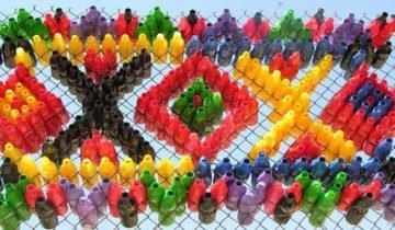 Забор из разноцветных ПЭТ бутылок