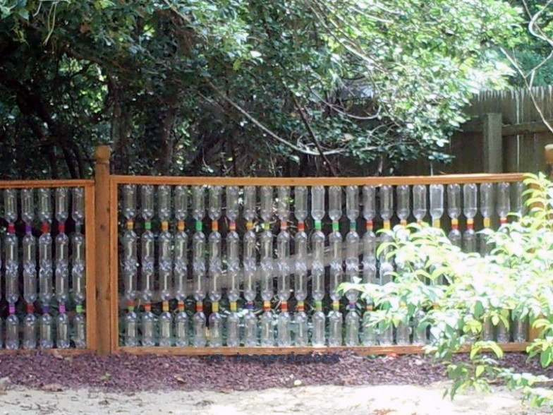 Как сделать забор из пластиковых бутылок