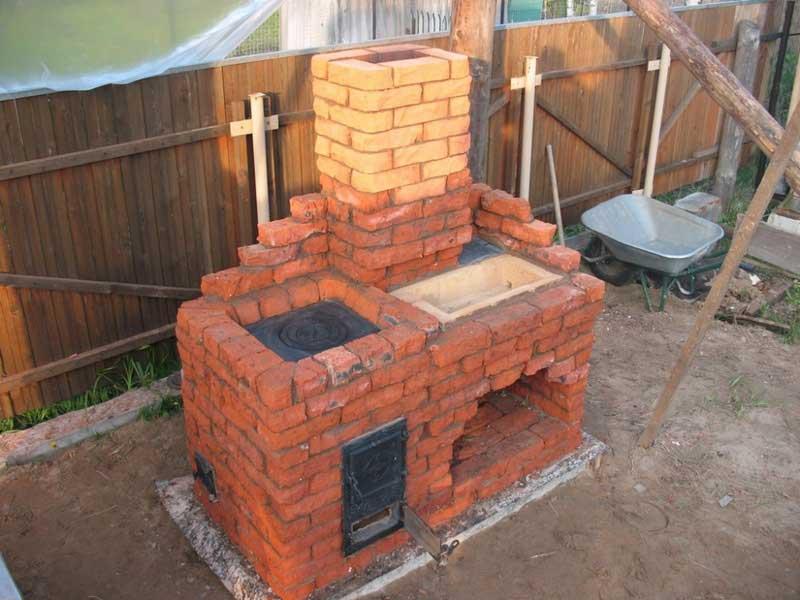 Простая уличная печь на даче