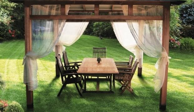Деревянный шатёр на зелёном газоне
