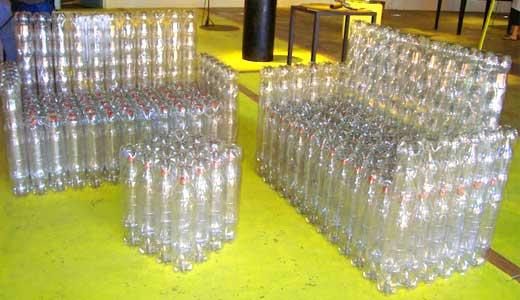 Диван — скамейка из бутылок