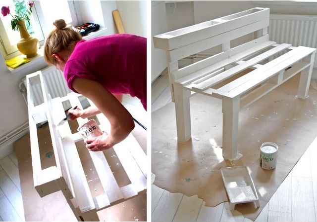 Девушка красит скамейку