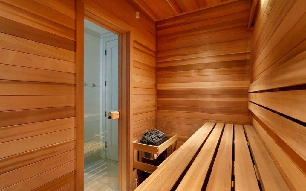 Стеклянная дверь в парилке бани
