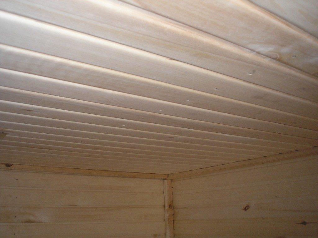 Потолок, закрытый строгаными досками