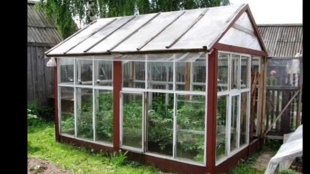 Парник с крышей, покрытой полиэтиленовой плёнкой