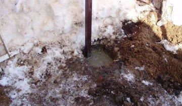 На фото бетонирование стоек для навеса, lnebo.ru
