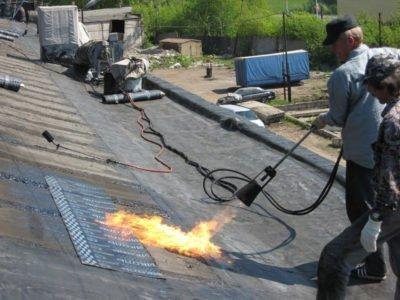 На снимке ремонт крыши рубероидом