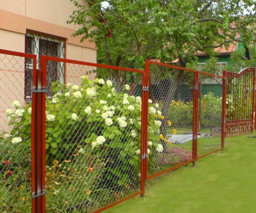 Секционный забор с использованием сетки рабицы