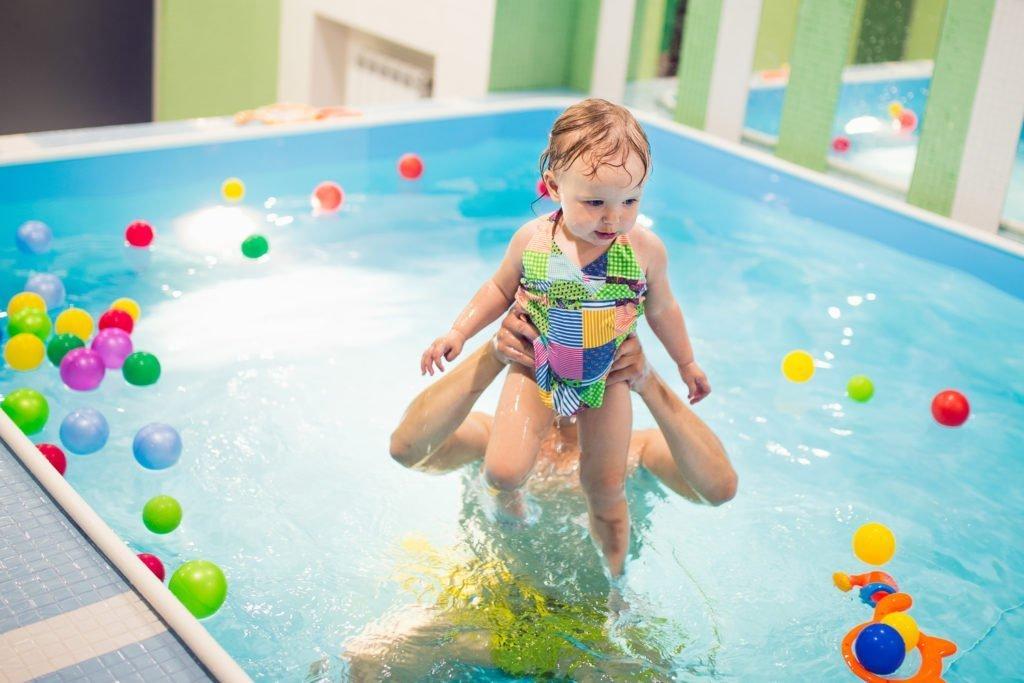 Дети в полипропиленовом бассейне