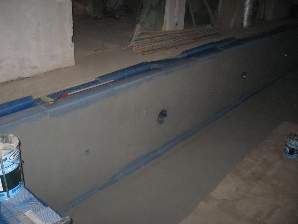 Оштукатуренные стены бассейна