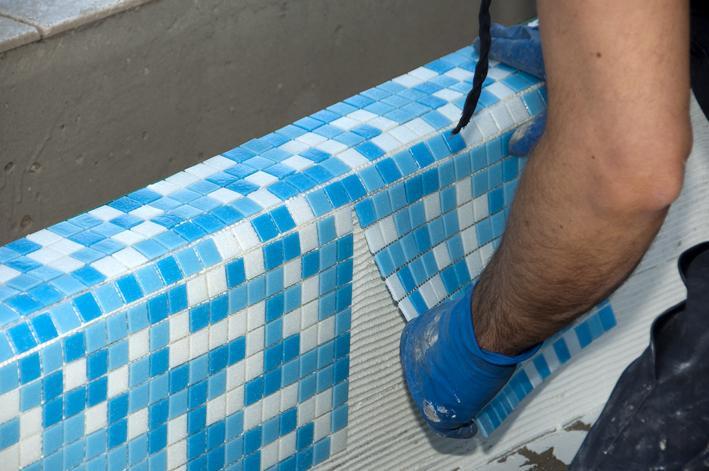 Укладка мозаики в бассейне