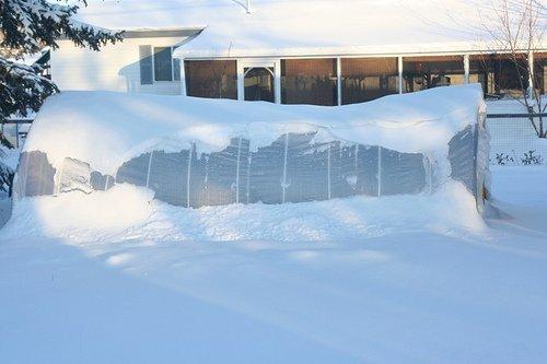 Снег на теплице