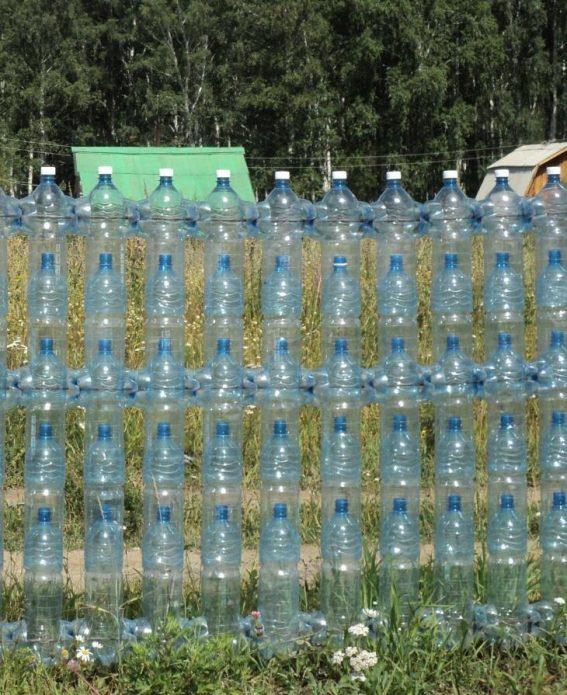 Готовый забор из пластиковых бутылок