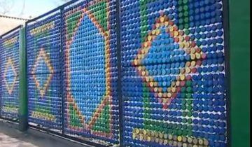 Забор из пластиковых крышек