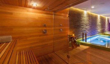 Сауна с бассейном, отгороженным стеклянными дверями