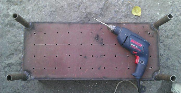 Процесс перфорирования дна мангала и приваривания ножек