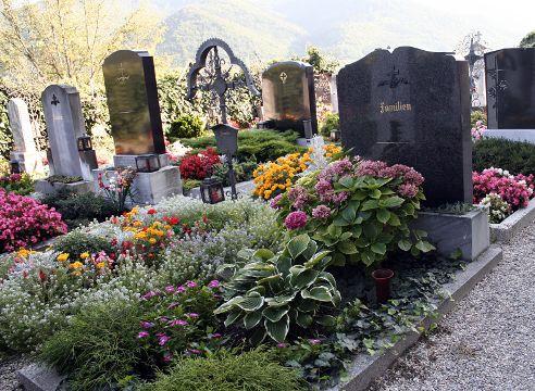 Украшение могил цветами