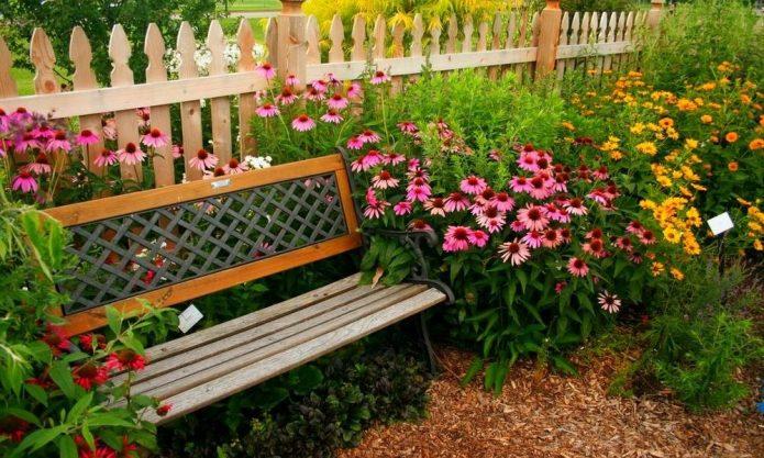 Палисадник со скамейкой
